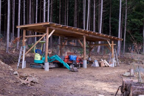 丸太で作る農機具小屋