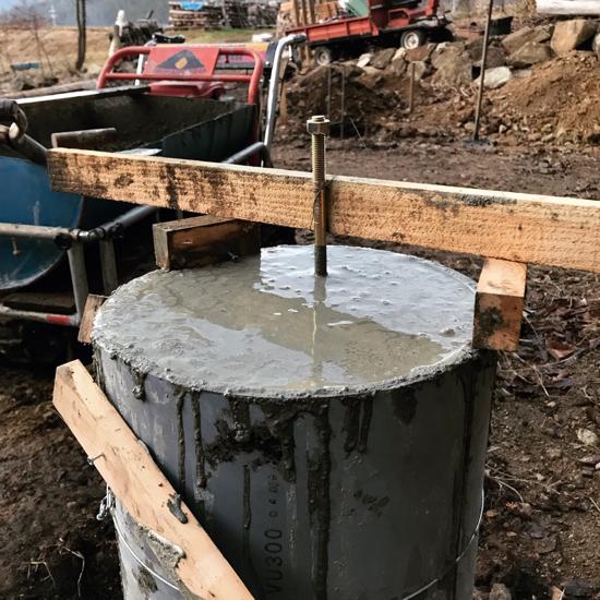 塩ビ管にコンクリートを打設