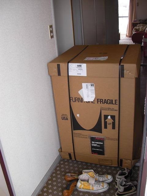 玄関を封鎖するアーロンチェアの箱